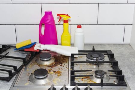 Dirty, top of the gas stove with bits of food. House cleaning Stockfoto