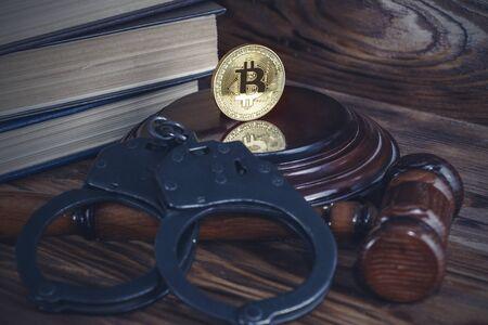 bitcoin, judge's hammer, handcuffs. Concept bitcoin ban, violation of the law Archivio Fotografico