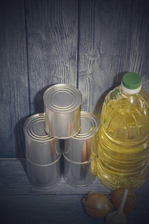 canned food on a wooden shelf, food crisis 스톡 콘텐츠