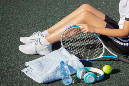 a tennis player rests after a hard workout on the sports field. Workout Imagens