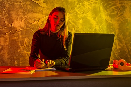 Business woman working on a laptop, stressful situation. Woman workaholic tired of excessive work. Standard-Bild - 122178752