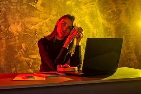 Business woman working on a laptop, stressful situation. Woman workaholic tired of excessive work. Standard-Bild - 122178773