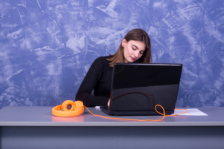 Business woman working at a laptop, remote work. Young female freelancer. Standard-Bild - 122249116