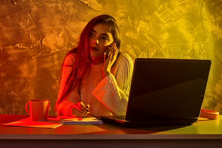 Business woman working on a laptop, stressful situation. Woman workaholic tired of excessive work. Standard-Bild - 122249160