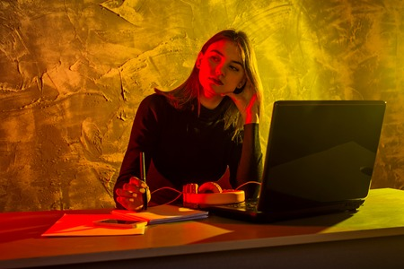 Business woman working on a laptop, stressful situation. Woman workaholic tired of excessive work. Standard-Bild - 122249199