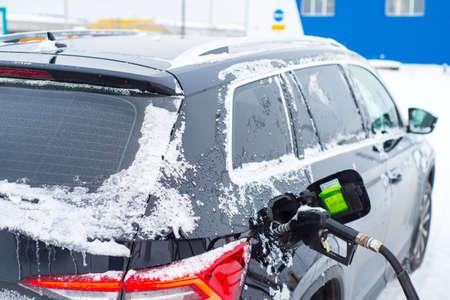 Car refueling in winter close-up, 版權商用圖片