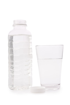 Composición de una botella de plástico transparente y un vaso de vidrio con agua Foto de archivo - 11467983