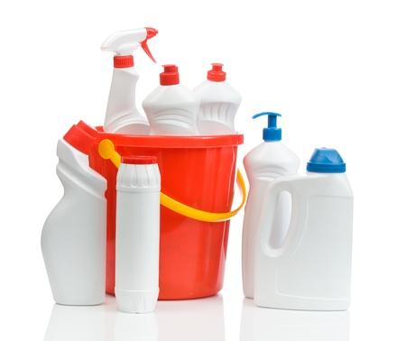detersivi: composizione di detergenti bianchi con secchio rosso