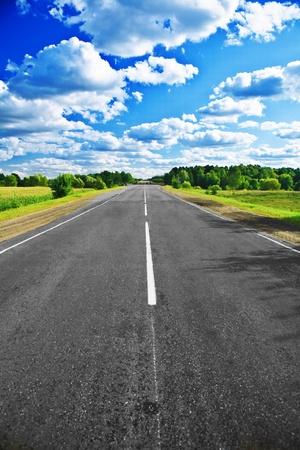 autopista: camino en el campo y el bosque