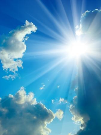 현상: 아름다움 푸른 하늘의 구름과 태양을 닫습니다
