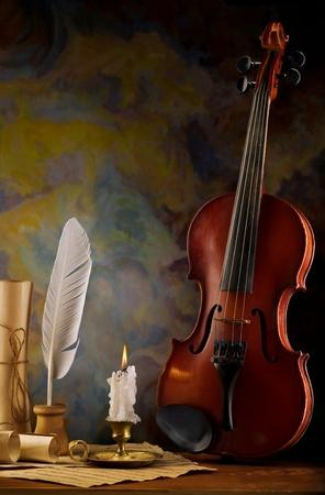 instrumentos musicales: composici�n de viol�n y objetos antiguos