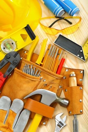 suede belt: composici�n grande de las herramientas de trabajo en los tableros de madera