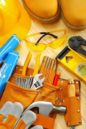 suede belt: composici�n de herramientas de carpinter�a en los tablones de madera Foto de archivo