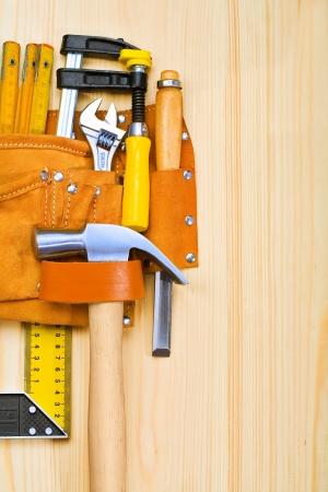 suede belt: copyspace imagen de herramientas en la mesa de madera