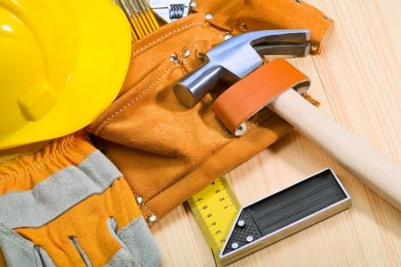 suede belt: herramientas en la mesa de madera de cerca
