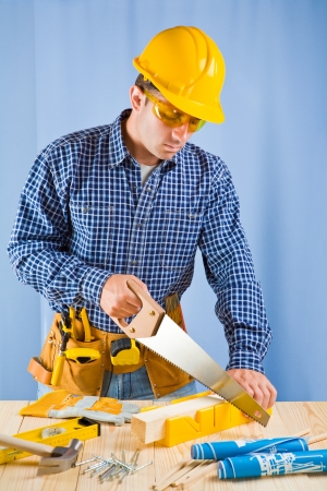 serrucho: carpintero trabaja con sierra de mano Foto de archivo