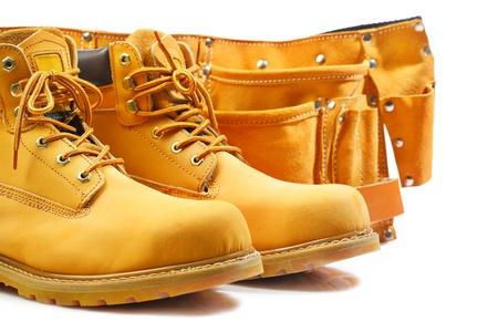 suede belt: par de botas de trabajo y cintur�n de herramientas aisladas Foto de archivo