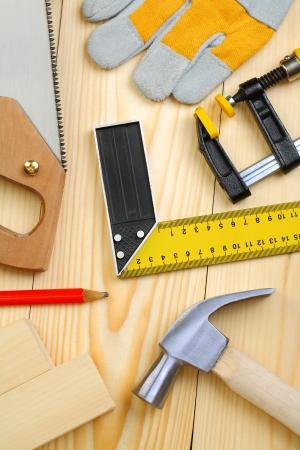 herramientas de carpinteria: un conjunto de herramientas de carpintería en tablones de madera Foto de archivo