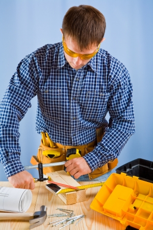 vise: carpintero trabaja con tornillo de banco carpintero