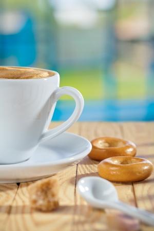 Tasse Löffel Zucker und Cookies auf dem Tisch Standard-Bild - 17724607