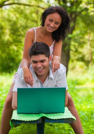 copule: Copule con el ordenador port�til en el parque