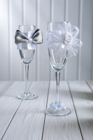 ornated: due bicchieri di vino di nozze decorata su tavole di legno bianco