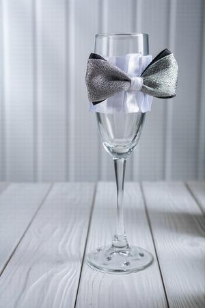 ornated: matrimonio vuoto ornated bicchiere di vino in piedi sul tavolo Archivio Fotografico