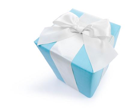mo�o blanco: classiacal caja de regalo azul con arco blanco aislado