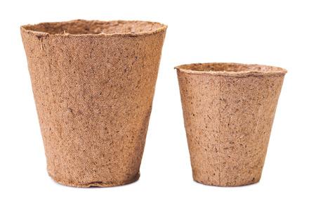 turba: Dos macetas de turba aislados sobre fondo blanco