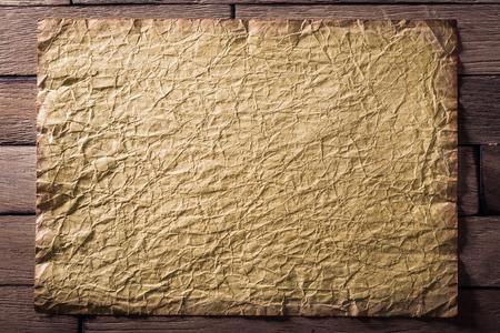 feuille froiss�e: vieux drap de papier froiss� sur boards.CR2 bois