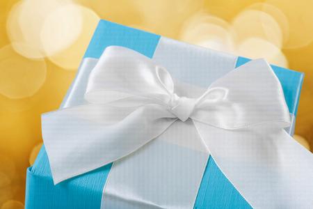 mo�o blanco: caja de regalo azul con arco en blanco