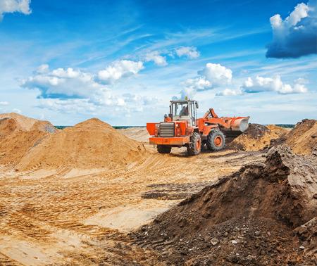 mineria: viejo tractor para trabajos viales trabajando con arena de construcci�n