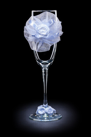 ornated: matrimonio ornato bicchiere di vino vuota su sfondo nero Archivio Fotografico