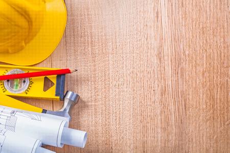 work tools: casco amarillo l�piz rojo laminado nivel planos en blanco y garra Foto de archivo