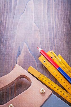 handsaw: concepto de construcci�n muy cerca vista serrucho pe ruuler madera