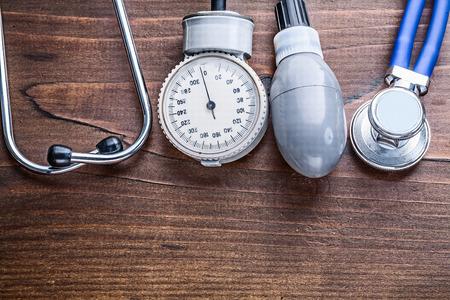 estetoscopio: elementos de trabajo de monitor de presi�n sangu�nea y un estetoscopio en v