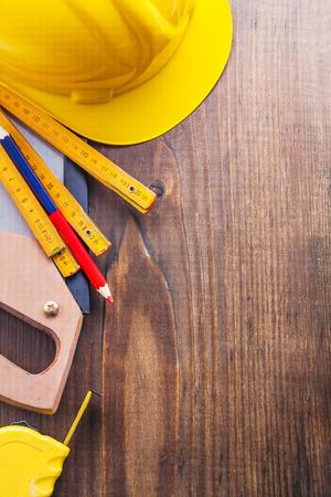 serrucho: copyspace fondo conjunto de herramientas serrucho tapeline lápiz de madera