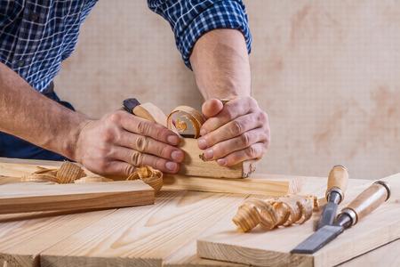 carpintero: carpintero que trabaja con trabajadores de la madera plano muy de cerca vista contras Foto de archivo
