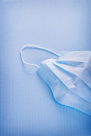 utiles de aseo personal: enmascarar sobre fondo azul concepto médico Foto de archivo