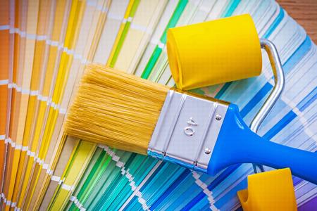 brocha de pintura: pincel y rodillo de pintura en la paleta de colores