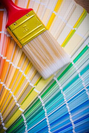 brocha de pintura: pincel en la paleta de colores