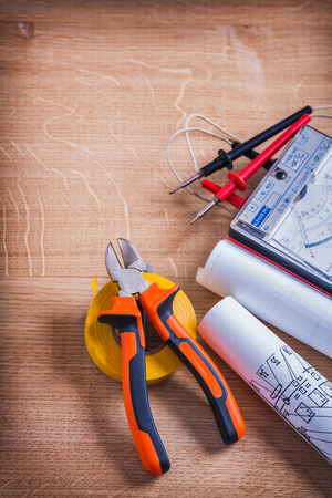 amperage: nippers, roll of insulating tape, multimeter and blueprints