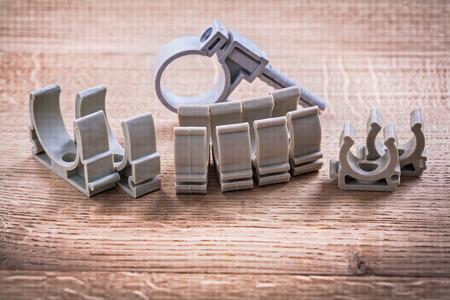 kunststoff rohr: Set von Kunststoff-Rohr Fixateur Auf Holzbrett