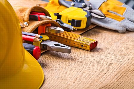 outils construction: grand ensemble d'outils de construction en toolbelt hardhat pe de tournevis