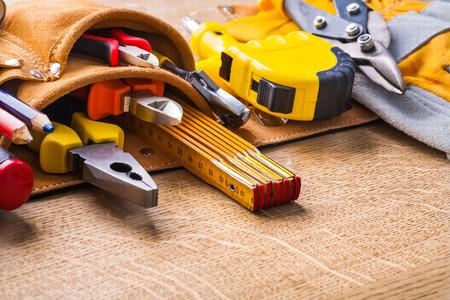 outils construction: outils de construction en toobelt tr�s proche sur planche de bois