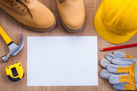 papier vierge: copyspace organis�e papier blanc stylo bottes tapeline de coups de casque Banque d'images