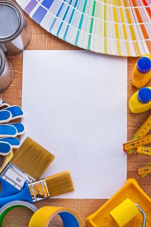 papier vierge: Maison des outils de peinture d'am�lioration et la palette de couleurs sur papier blanc