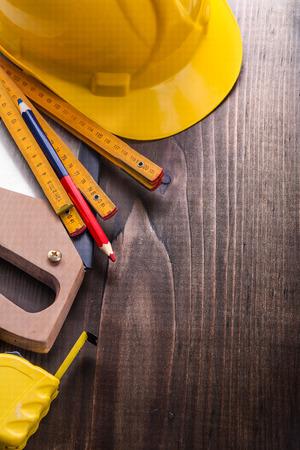 serrucho: lápiz, metros de madera, sierra de mano de la ruleta y el casco a bordo de la vendimia