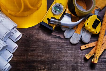 herramientas de trabajo: Planos de construcción y conjunto de herramientas para la construcción de pino de la vendimia Foto de archivo