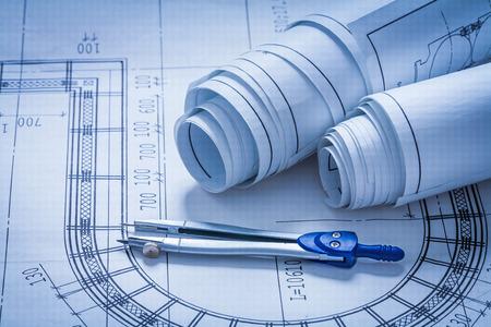 compas de dibujo: Rodado encima bocetos de construcción y dibujo edificio con brújula Foto de archivo
